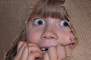 Kind versteckt wegen Angst